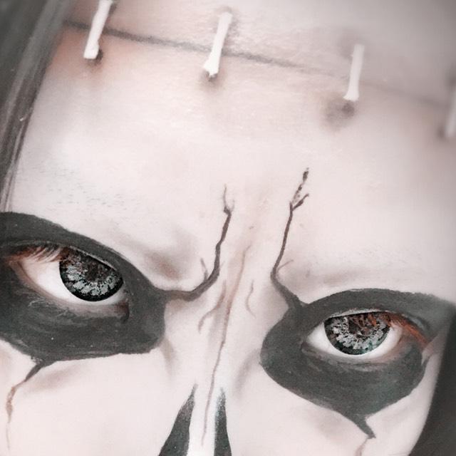 目の周りを黒く縁どります。なるべくヒビ割れ?ぽく見せるようにします!
