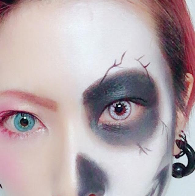 骸骨アイメイク→黒の眉ペンで下書きして、黒の発色のいいアイシャドウを乗せてアイラインで線を描く