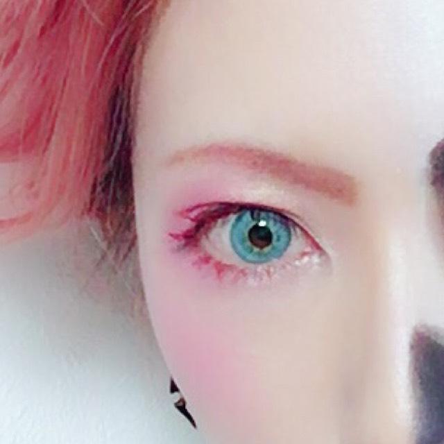 アイブロウ→明るめのブラウンの眉ペンで描き、眉マスカラで眉毛自体を明るくし、上からピンクのアイシャドウを乗せる
