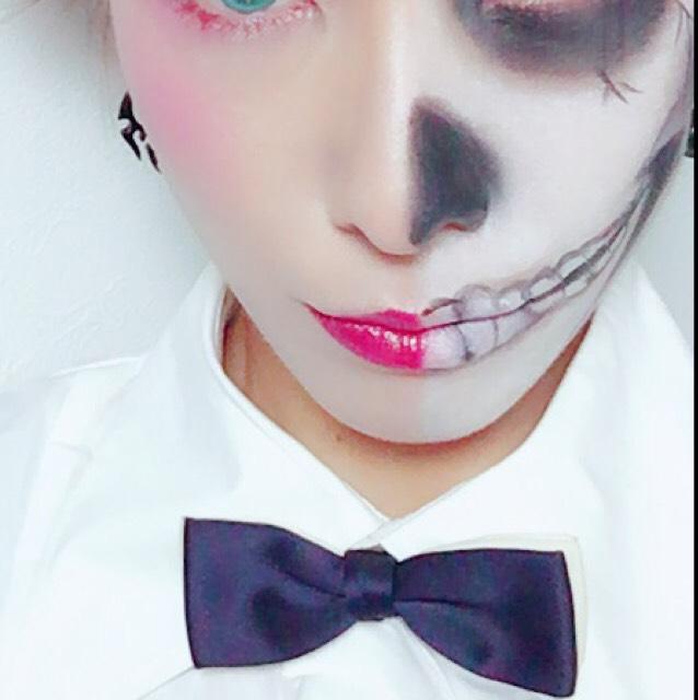骸骨リップ→黒の眉ペンで歯を描いて、鼻をブラックアイシャドウを乗せたら完成!