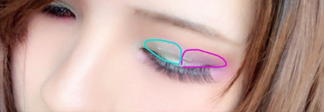 アイホールに先ほどのグリーンを目頭から真ん中まで、紫を目尻から真ん中までつけます。 中心は指で色をなじませます。