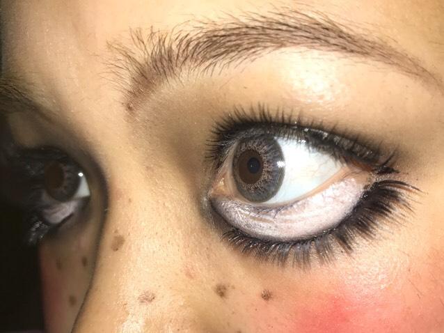 こう見るとヤマンバギャルにしか見えませんね☺︎ それはさておき上下につけまつげ! 大きく丸目に見せるために目の下を白く塗る