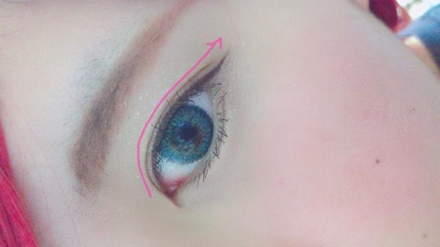 アイラインです。 目の形に沿ってアイラインを引きます。 なるべく細めに。
