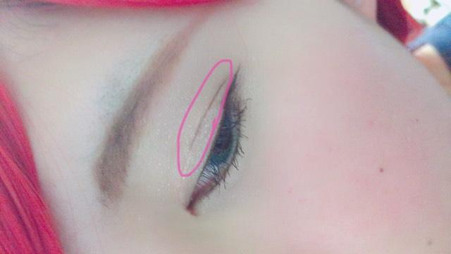 次に二重ライン。 ケイトのアイライナーは色が薄めなので、写真ばえしないかも知れません。 写真はモテライナーを使いました。 細く引けばあまり悪目立ちしないです。