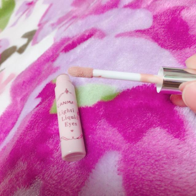 ピンクの丸のところは、これを使います。 薄いピンクになっていて、目を少し大きく見せてくれます。 まずチップでのせて、その後指で少しぼかすように。