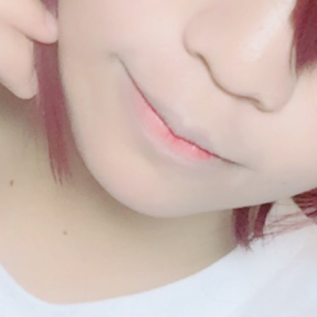 リップは中心部に赤リップ塗って馴染ませてコンシーラーの1番暗い色で唇の形を縁って外側の色味を消してます。
