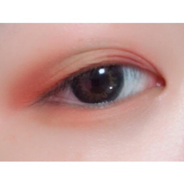 赤を入れていきます  黒目の上だけを避けて塗っていきます  目尻と目頭が濃くて真ん中につれて薄くなるように