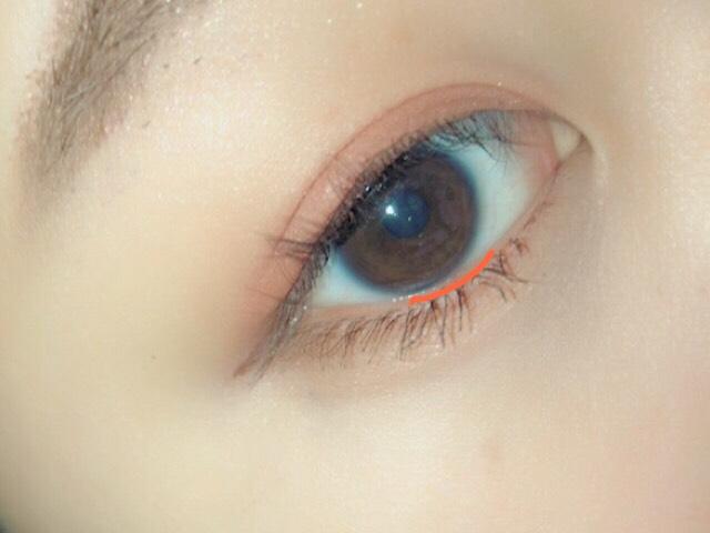 黒目の下の粘膜(オレンジ)にピンクブラウンのアイライナーを引いたら完成です!