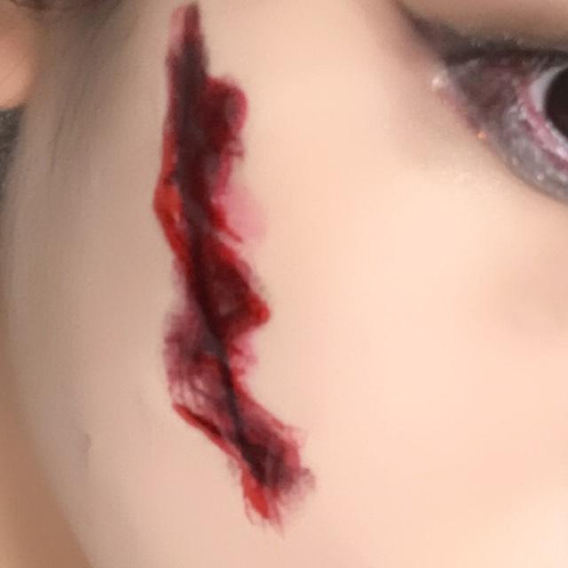 傷はアイライナーで線を引いた後に赤リップでなぞります。その後にポンポンとなじませます。上から血のりを重ねて完成です!