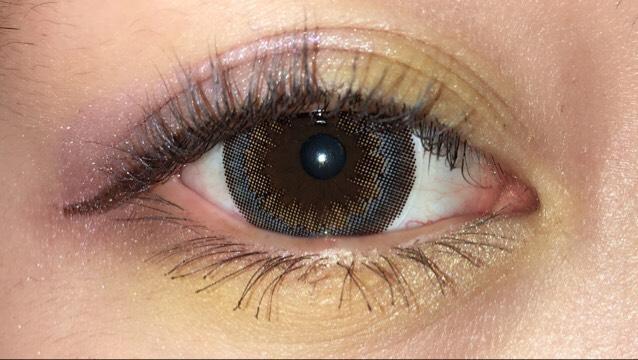アイラインは瞼の部分は引いかず、延長ラインだけ引いていきます。  マスカラはがっつり塗ります!