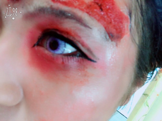 左目はアザとか火傷してちょっとはれぼったい感じに見せたかったからあんまりメイク自体はガッツリしません! アイラインも右目より薄くを意識意識。