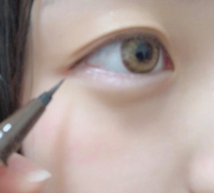 瞼とアイラインはいつも通りのメイクをして、下の目尻に優しくピンクのアイシャドウをブラシでのせます!
