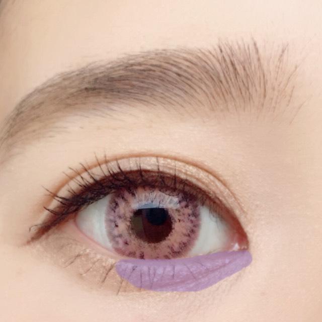 目頭から黒目の終りまでラメを塗ります