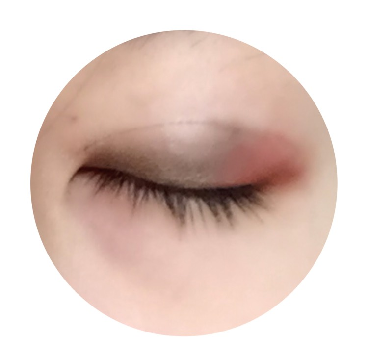 目尻側は赤系のクリームチークを塗り、真ん中から目頭にかけてブラウン系のシャドウを塗ります。
