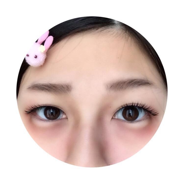 眉毛を描き、涙袋の下にオレンジのクリームチークを塗ります。 そして、アイブロウパウダーとピンクのクリームチークでシェーディングします。 こうすることで肌に赤みが出てうさぎメイク感が増します。