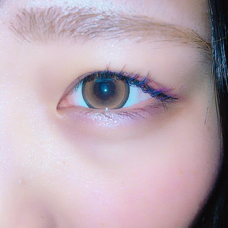 涙袋には、目尻→目頭にかけて薄くなっていくようにぴんくを全体に塗ります。 目尻から黒目の間を濃くするイメージです。  ※目尻のキワに薄く紫に近いブラウンをのせると目を大きく見せることができます!  涙袋全体に軽くパーフェクトアイズの真ん中のラメをのせます。