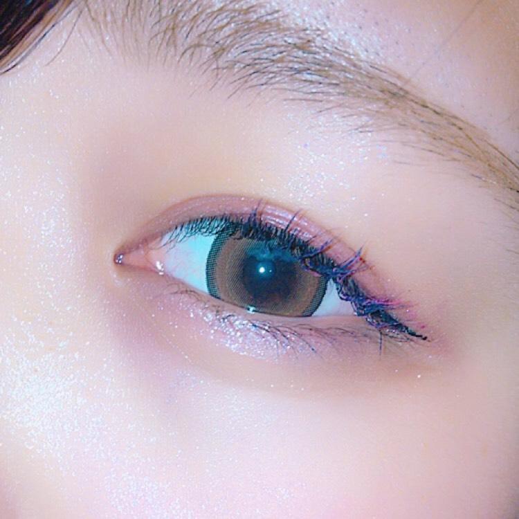 まゆげと目の間の右側にシークレットカラーアイズのラメを指で塗ります。  左側には薄いベージュのような色を目をくぼみに塗り、キラキラと影を作って凹凸を出してハーフに近づけます。