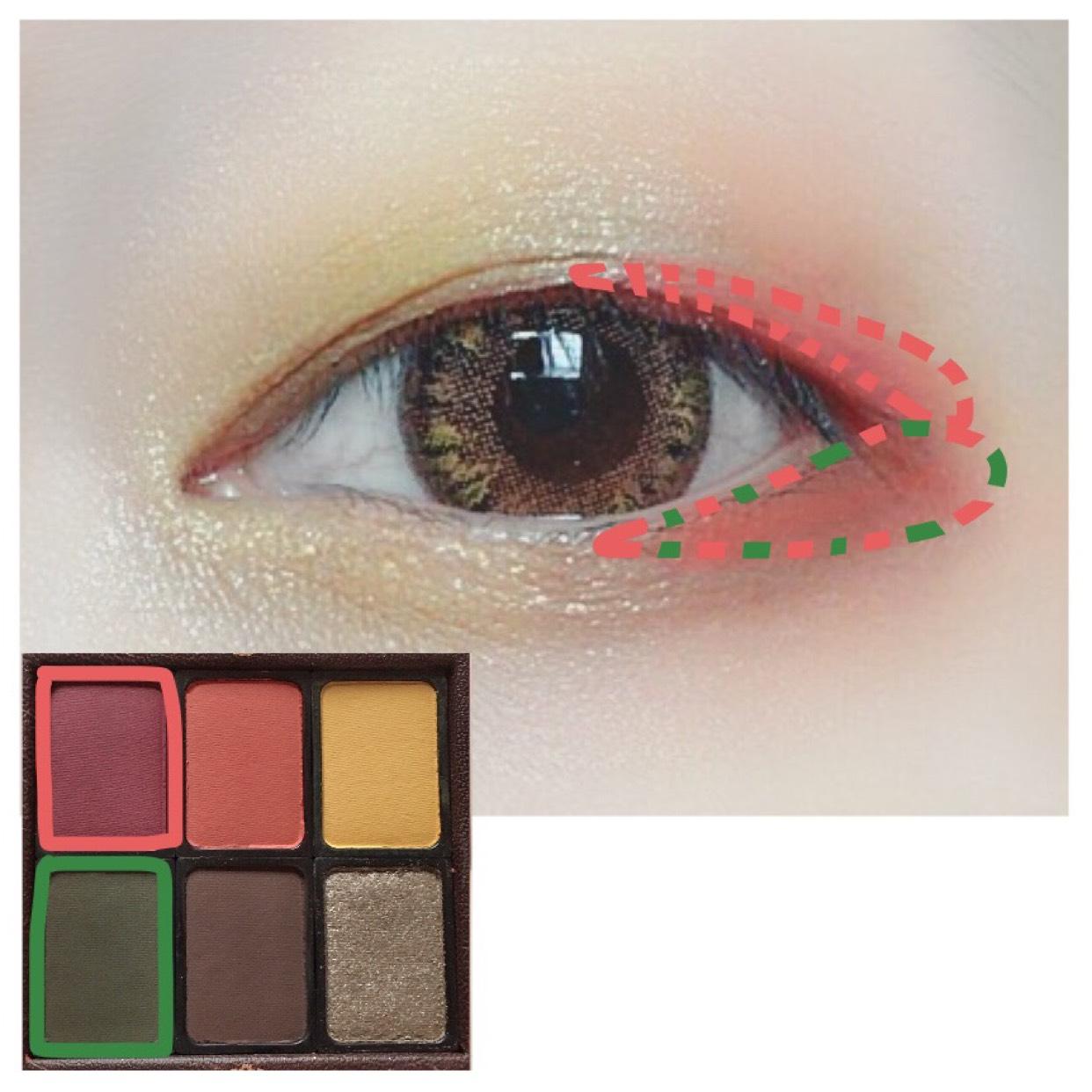 上瞼目尻側際に赤を入れて、下瞼には緑と混ぜて目頭と同じ高さ(?)になるよう入れます。  発色が良く色がハッキリと分かれちゃうので境目はオレンジで馴染ませます。