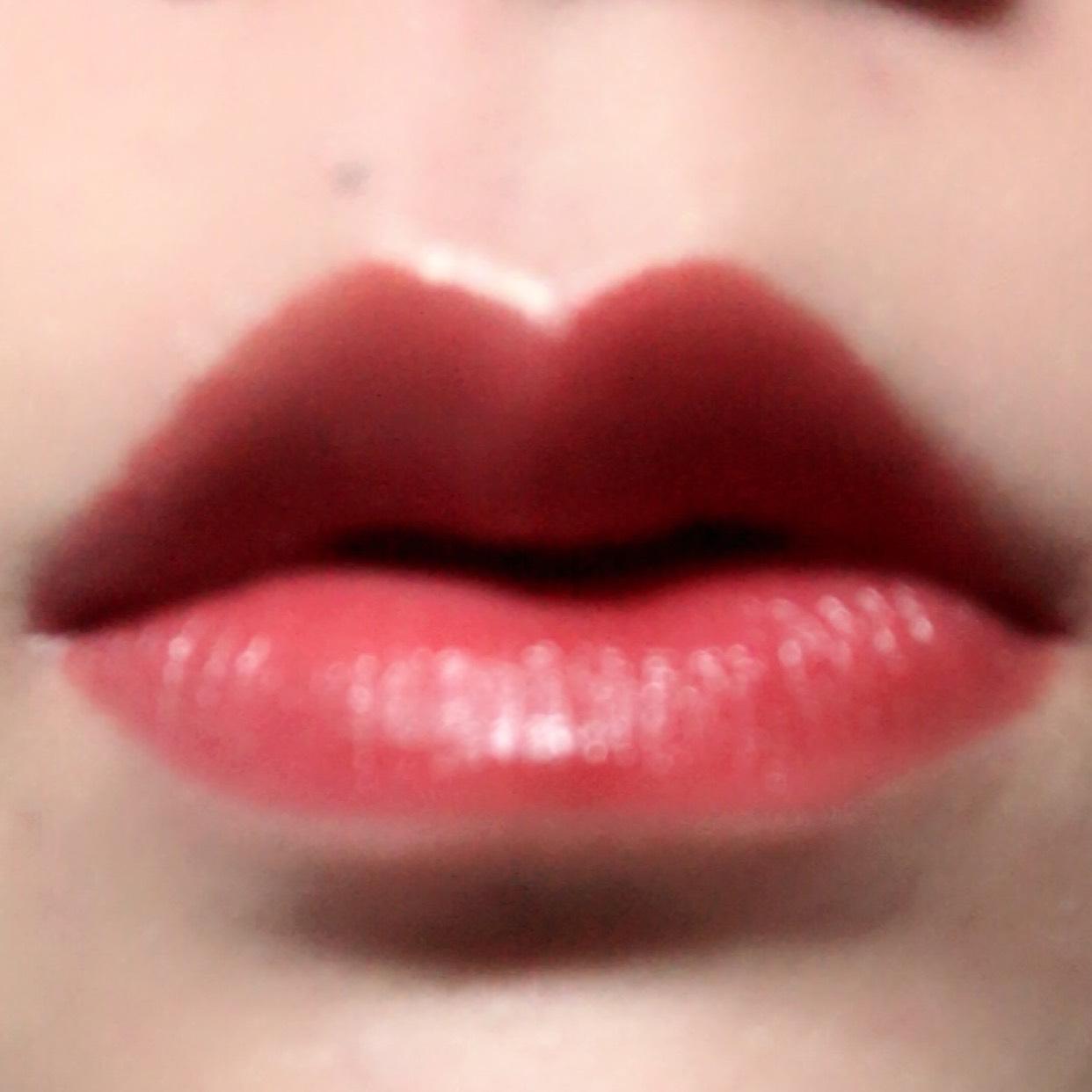 上唇の輪郭に沿ってハイライトペンシルでラインを引いて馴染ませ、リップライナーで唇の輪郭を取ってから赤リップを塗ります。