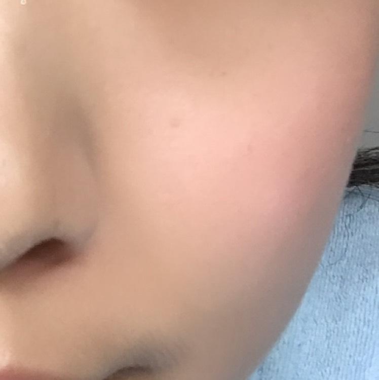 目と唇が血色ピンクだから頰は淡く優しい色にして顔全体のバランスをとる。 目の下位置に横に広めにのせます。