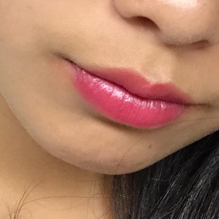 唇にチョンチョンと数カ所おいたら、指のはらでスタンプするように塗り広げる。ムラ塗りが可愛いですよ!