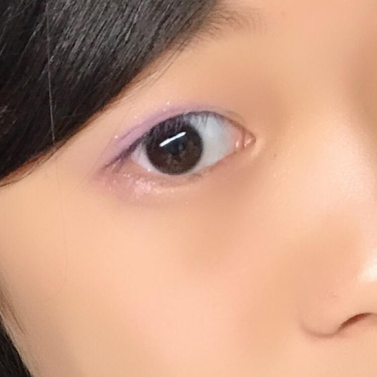 白のベースをアイホールに塗ったら紫のシャドウを塗ります。