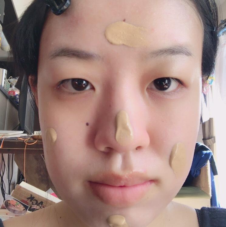 パウダレスリキッドを指にとりおでこ、頬、顎、鼻に適量取ります。 *つけすぎ注意。伸ばしてる時に気づきましたが、私はつけすぎました(⌒-⌒; ) ファンデーション用のブラシを使って伸ばしていきます!