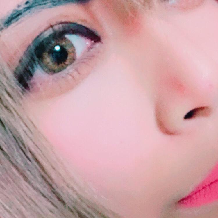 目頭をがっつり黒くして目を近づけます 中央はまつ毛の隙間を埋める程度にして、目尻をまたがっつりラインをひき、さきほどの1のシャドーでぼかします(メイクがわかりやすいようにカラーコントロールした写真です)