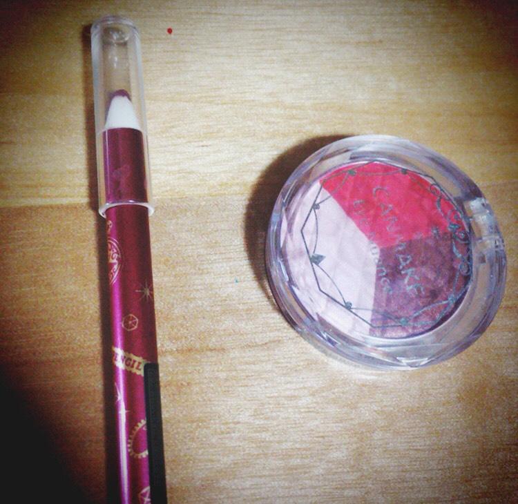 最後に涙袋の影をこのアイシャドウの茶色、目尻に赤を入れて、この赤のペンシルで目の下にそって少しラインを入れたら完成です