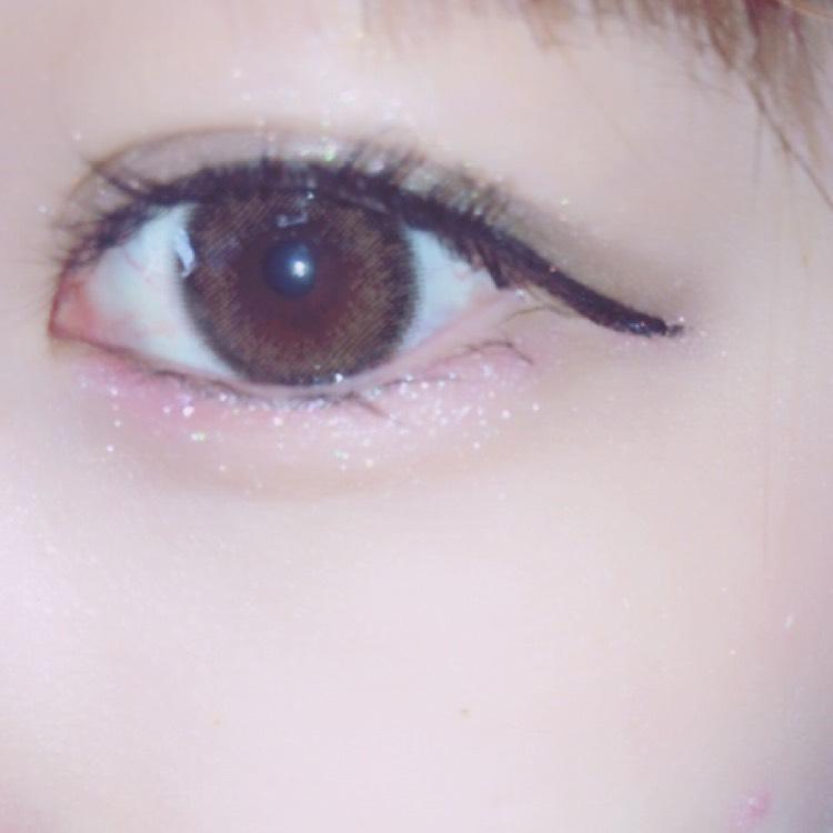 アイライン描いたあとにアイシャドウをアイラインの先まで塗ると目の横幅が大きく見えます( ¨̮ )