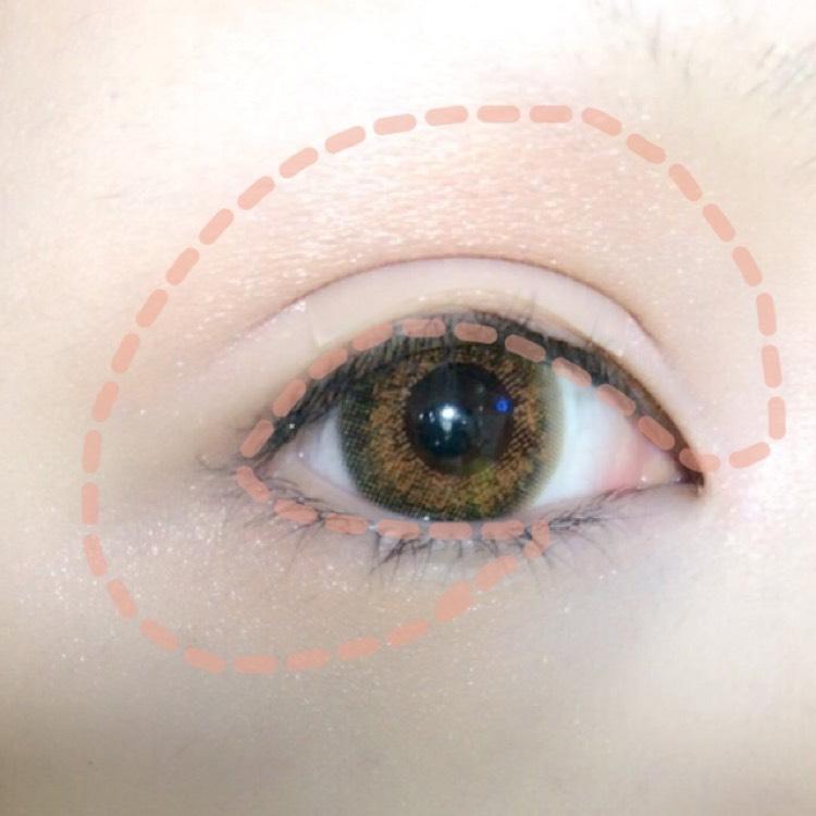 目の周り全体に薄いベージュ系のアイシャドウをのせます。
