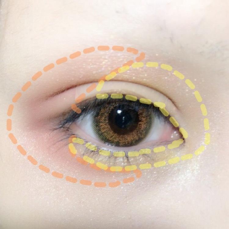童話コスメ(ヘンゼルとグレーテル)のオレンジとイエローを使い、画像のように半分半分に。この時、シャドウの塗りすぎに注意。