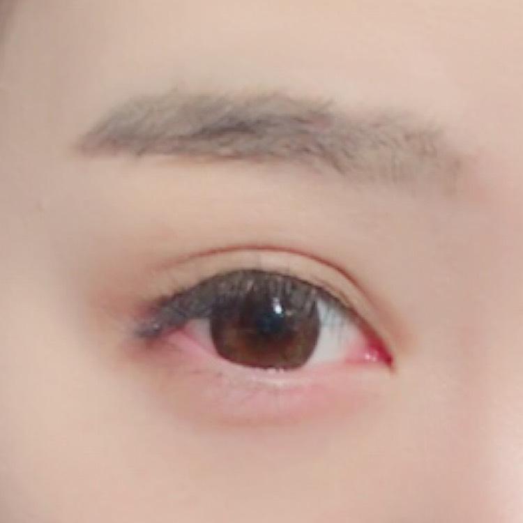目を近く見せるために目頭に少し濃いめにのせます。