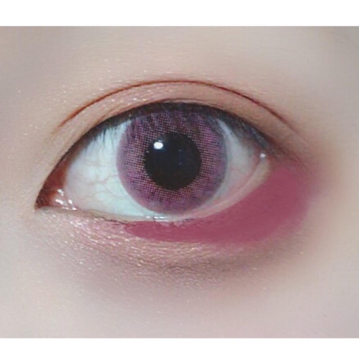 目尻に描いた濃いブラウンをPLAY101PENCIL#30でぼかします。(黒目の目頭側のフチまで)  発色が強いので描くのではなくトントントンとタップするように。