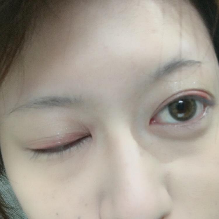 ④のキラキラを薄く瞼に塗り  ②で色付ける