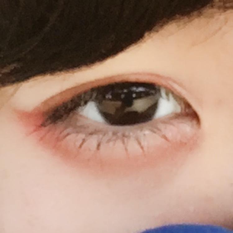薄ピンクをアイホール全体に塗ります。 今度は範囲を狭めて赤をアイホールに塗ります。 アイライン代わりに茶色を目の際に入れ、目尻に濃く入れます。 二重の線と涙袋の影も茶色で引きます。