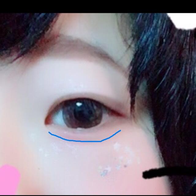 先程眉毛に使ったアイブローで、涙袋を作ります。自分は元々涙袋っぽい跡があるのでその少し下をなぞっています。