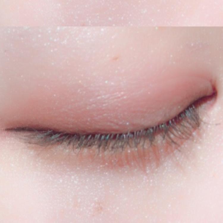 目の際に濃いめのブラウンを塗り、ぼやけてしまわないようにしっかりと締めます
