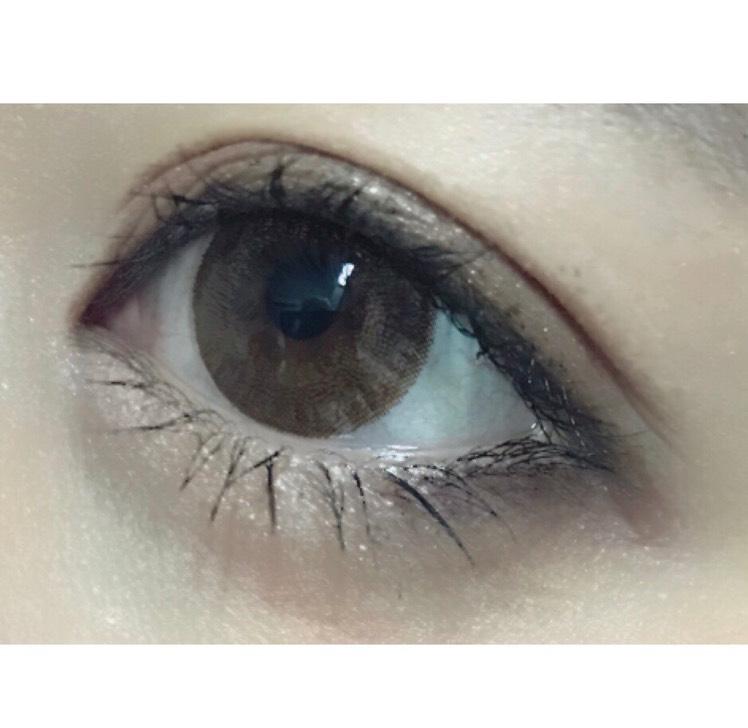 マスカラは上下ともボリューム感を出してます。アイラインを目尻にしか描いていないので、その分マスカラで目を強調します♥