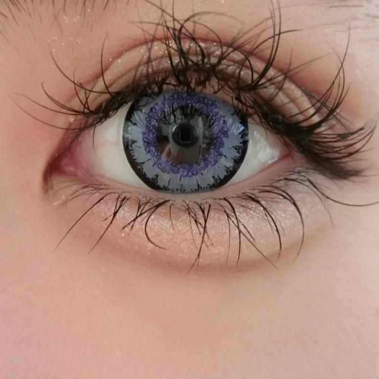 水色と青と紫が混ざったような綺麗なブルーの瞳にしてくれます