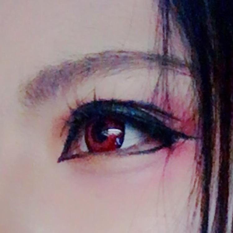 眉毛は目に近めでかく!ラインは太く目を囲うようにかく!オーバーラインはタレ目気味に!目頭の切開ラインもかく! 赤シャドウを目尻にのせると尚更◎