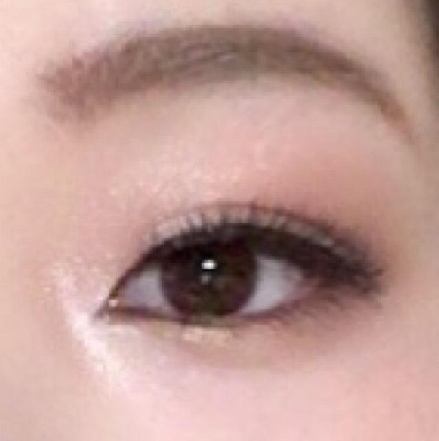 眉は眉尻近くに眉山を書くのではなく、黒目の上に眉山を書くようにしてアーチ型をつくるよ。 そうすることで柔らかい印象になるよ。 目元は赤とゴールドで温かみのある優しい目元を意識したよ。 ラメがたっぷり入っているシャドウを使うかその上にハイライトをのせるともっと映えるよ。