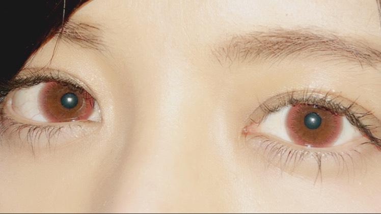 赤みのあるブラウンで、黒目でキツい印象の目元ですが、 柔らかい印象にしてくれます