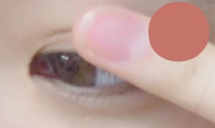 上まぶたに指でポンポンとオレンジブラウン系のアイシャドウをのせます。(右上の色っぽい感じ)
