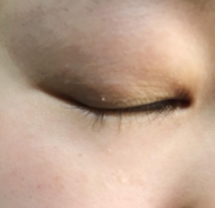 瞼の上を保湿し、油分などをちゃんと落としてください。(私はおしりふきとかアルコールの入ってないウエットティッシュで拭き取ります)