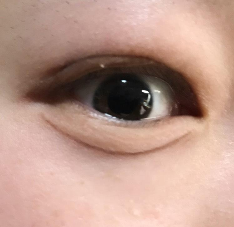 目を開き最後に涙袋を書きます。  ・アイブロウペンシルで弧を描き、目頭と目尻の端からぼかします。  ・黒目の下はぼかし過ぎると意味がないのでうっすら線を残します!
