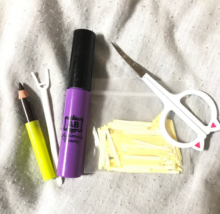 使うもの ・アイブロウペンシル ・ABの二重のり ・U字型プッシャー ・両面粘着アイテープ ・先が尖ったハサミ を用意します