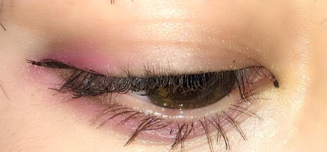 二重幅に薄めのブラウンを塗ります。  目尻にアイラインのように細くピンクを入れます。なるべく暗めの