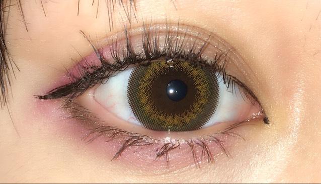 下まぶたにも同じカラーを入れますが、その上に紫色を軽く塗ります。  締め色に二重幅に入れたブラウンを使用します