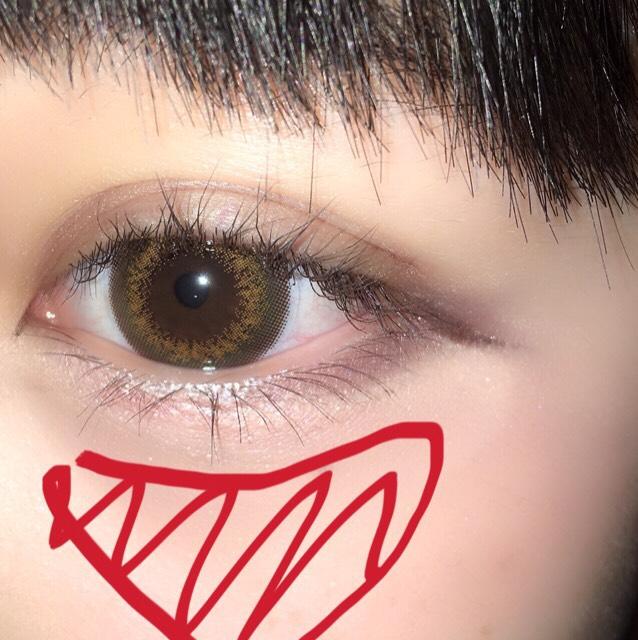 涙袋をぷっくり見えるようにしろめのアイシャドウを塗ります。 その1センチくらいに下に赤いチークを図のように三角形に入れます。赤だけだと濃いのでパウダーチーク(ピンク)を入れます